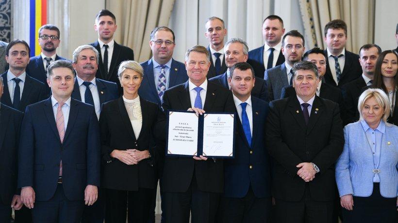 """Președintele a semnat decretul de promulgare a Legii privind realizarea Autostrăzii Iaşi-Târgu Mureş: """"O Românie fără autostrăzi este condamnată la subdezvoltare"""""""