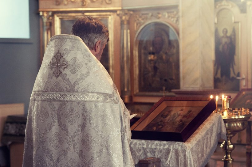 Un preot le-a interzis femeilor să mai poarte lenjerie intimă în biserică. Credincioșii au rămas muți la auzul veștii