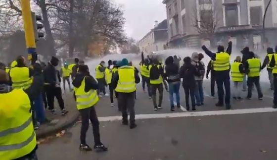 Proteste violente la Bruxelles: Mulţimea, dispersată cu tunurile cu apă de forţele de ordine. Zeci de persoane, reţinute