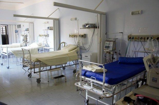 Situație revoltătoare în sistemul sanitar. Pereți plini de igrasie și instalații sanitare murdare, la Spitalul de Urgență din Craiova
