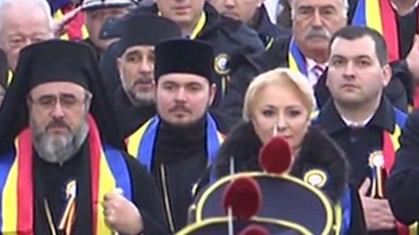 Retragere cu torțe la parada Militară de 1 Decembrie de la Focșani. Viorica Dăncilă se pregătește de plecare