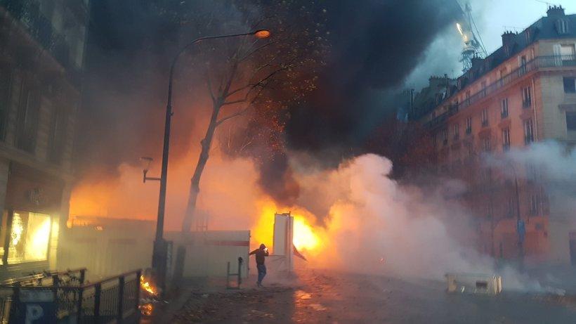 """Imagini halucinante de pe străzile Parisului: Ministrul de interne denunţă """"o strategie a profesioniştilor dezordinii"""""""