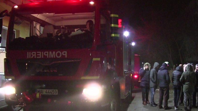 Două incendii de proporții în Capitală. Pompierii intervin cu câte cinci autospeciale