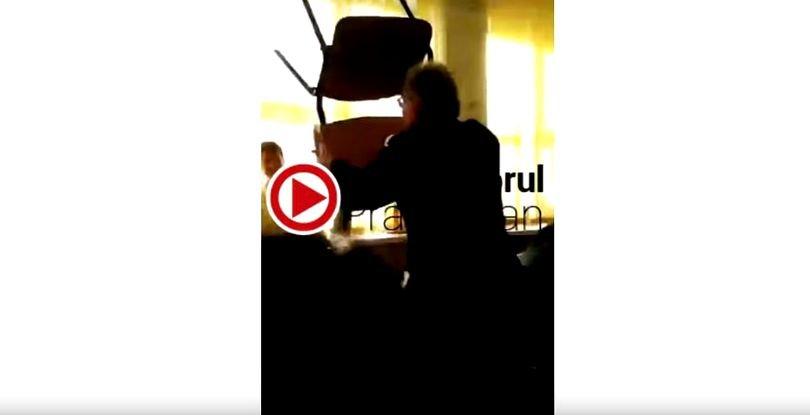 Elev lovit cu scaunul de către un profesor. Scenele teribile s-au petrecut în fața celorlalți colegi