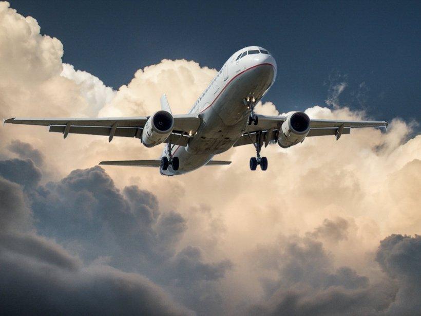 Clipe de coșmar la bordul unui avion. Piloţii au descoperit o crăpătură în parbriz și pasagerii au intrat în panică. Ce a urmat