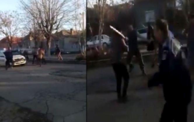 Bătaie cu bâte între douăclanuri pe străzile orașului Calafat. Polițiștii chemați să intervină nu au scăpat de furia agresorilor - VIDEO