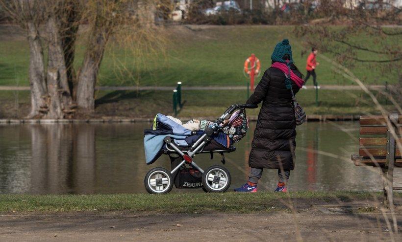 Tentativă de răpire în Târgu Mureș. O mamă s-a luptat cu agresorul ca să își salveze copilul. Bărbatul e încă în libertate