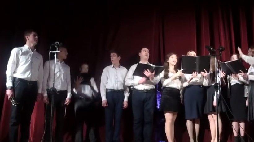 Gestul șocant făcut de colegii unui cântăreț, după ce acesta s-a prăbușit pe scenă, în timpul concertului - VIDEO