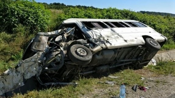Un microbuz a căzut în șanț în comuna Măgurele. Șase persoane au ajuns la spital