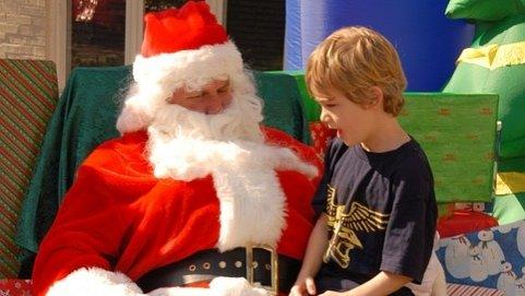 Un copil nemulțumit de cadourile primite a chemat Poliția să-l aresteze pe Moș Crăciun. Ce s-a întâmplat când ofiţerii de poliţie au sosit la locuinţa băieţelului