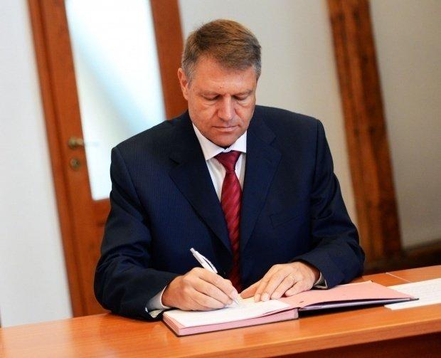 Klaus Iohannis a semnat decretul. Mai mulţi procurori şi judecători au fost eliberaţi din funcţie