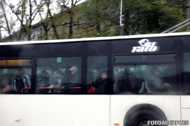 Un tătic a urcat în autobuzul 330 cu fetița lui care mergea încet și fără chef. Ce i-a spus bărbatul a făcut pe toată lumea să râdă