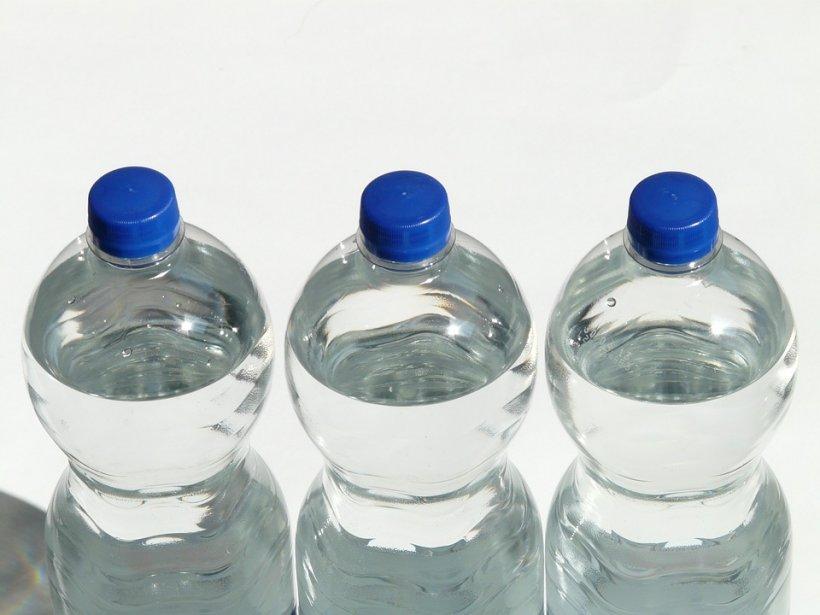 Atenție! Sticlele cu apă pe care le cumpără românii de la magazin pot fi extrem de periculoase! Ce s-a găsit în ele