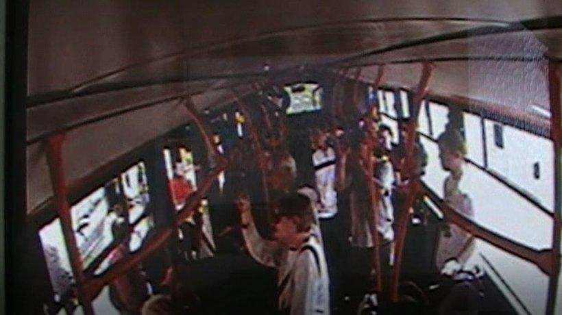 Se urcase într-un tramvai din Capitală și voia să ajungă mai repede acasă. La un moment dat, s-a trezit cu un pumn în față. Totul a durat doar o fracțiune de secundă. Toți au fost luați prin surprindere - VIDEO