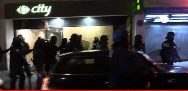 Proteste la Paris. O mie de oameni în stradă au scandat contra presei. Lucrurile par să se complice spre seară