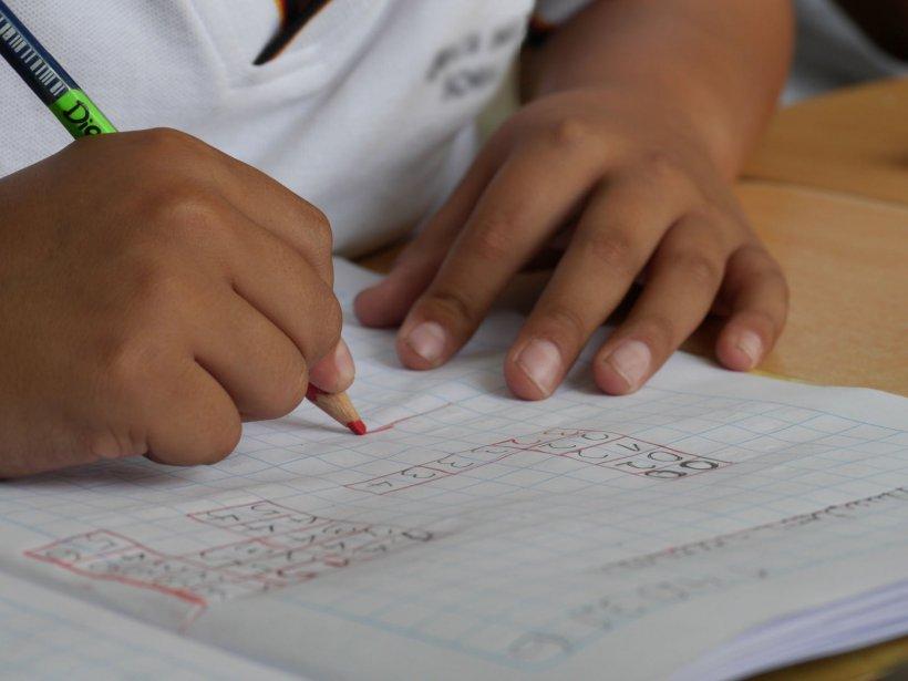Și-a bătut băiatul de șase ani pentru că nu și-a făcut temele. Copilul a intrat în comă