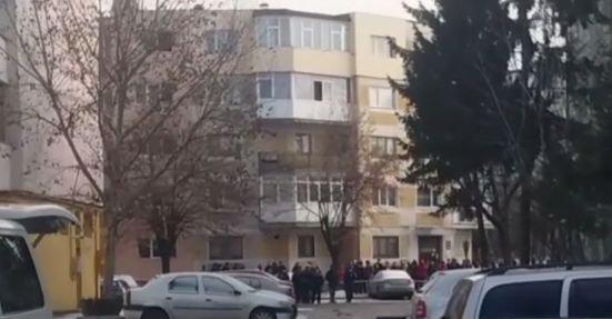 Alertă în Pitești după găsirea unui colet suspect. Două scări de bloc au fost evacuate