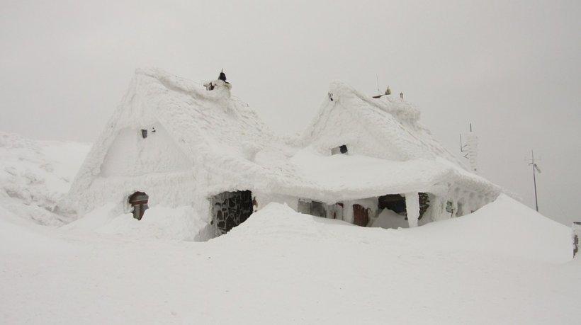 Locul din România în care zăpada măsoară doi metri! Avertisment pentru turiști