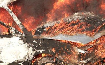 Panică la o benzinărie din Capitală. O mașină a luat foc! Incidentul i-a băgat în sperieţi pe şoferi şi pe angajaţi! VIDEO