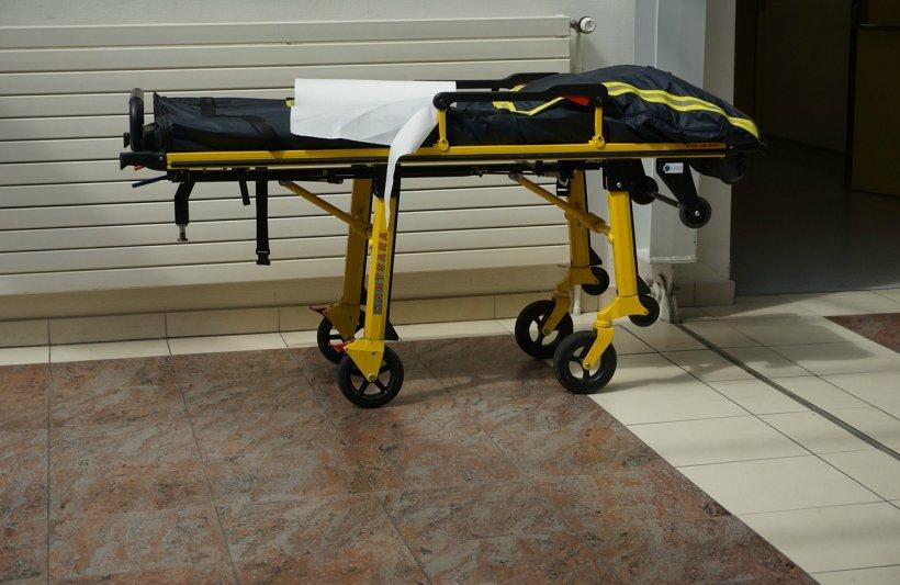 Situație revoltătoare în Ploiești. Un bărbat a murit la spital, după ce a fost scăpat în cap de pe targă