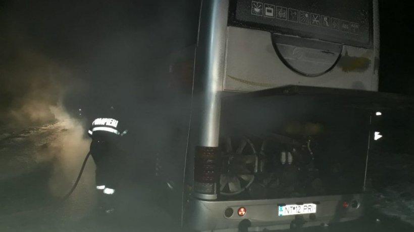 Un autocar în care se aflau aproximativ 30 de persoane a luat foc în județul Neamț