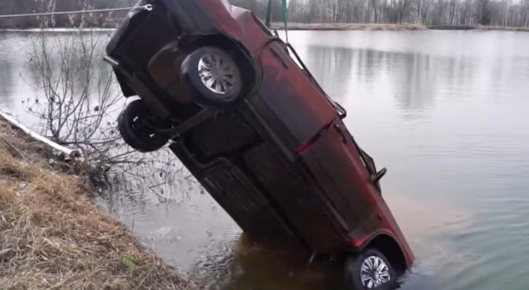 Această Lada a stat șase luni sub apă! Ce s-a întâmplat când s-au decis să vadă dacă pornește - VIDEO