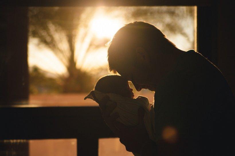 """Părinții au ajuns la spital urlând cu copilul a cărui burtă se umflase brusc și era uriașă. Medicii s-au blocat: """"Trebuie să vă spunem ceva îngrozitor: Îi trebuie cezariană!"""" Ce avea copilul în el"""