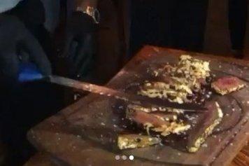 Un fotbalist român a plătit 1.200 de euro pentru o friptură poleită cu aur. Totul a fost filmat!