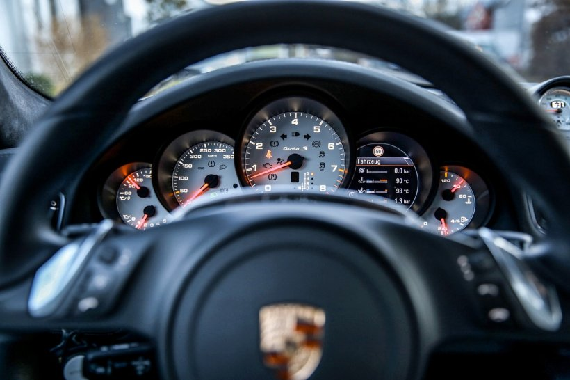 Fiscul a scos la licitaţie mașini de lux confiscate. Prețul uimitor la care se vinde un Porsche