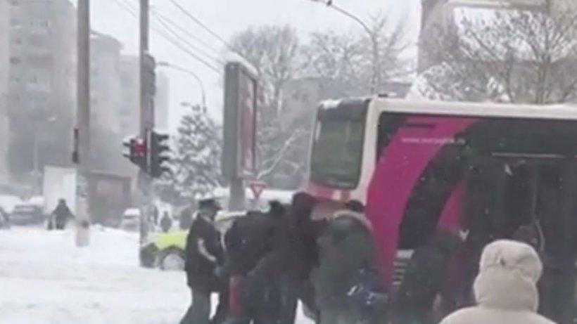 Imagini incredibile surprinse în Bacău. Mai mulți călători au împins autobuzul, după ce acesta a rămas blocat în zăpadă. Toată scena a fost filmată - VIDEO