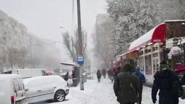 Strat nou de zăpadă în București. A nins fără oprire joi noapte