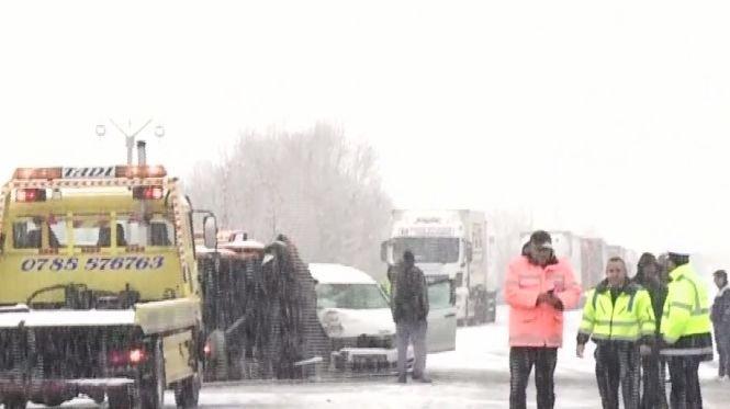 Plan roșu de intervenție în Gorj. Un microbuz a intrat într-un parapet din beton. Sunt mai multe victime