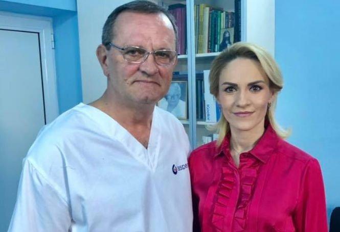 """Medicul cu care s-a fotografiat Gabriela Firea, detalii despre operația primarului general: """"A fost o suferință digestivăbenignă"""""""