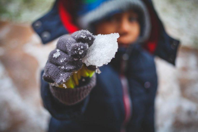 """Greșeala pe care părinții din România o fac iarna. Pediatru: """"E boală națională"""""""