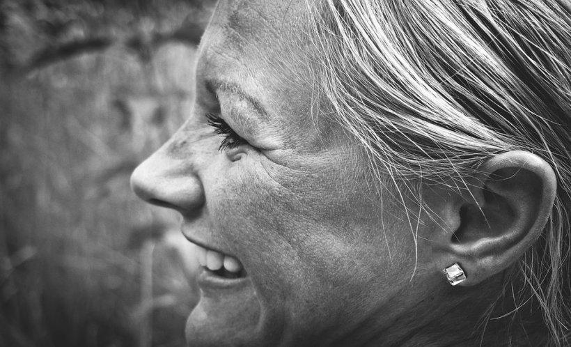 O femeie nu mai poate auzi vocile bărbaţilor,din cauza unei afecţiuni rare. Cu o zi în urmă, a avut mai multe simptome banale