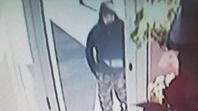 Primele imagini cu suspectul de jaf de la bijuteria din Ploieşti - VIDEO