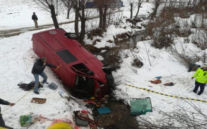 O persoană a murit și cinci au fost rănite, după ce un microbuz s-a răsturnat în județul Bacău