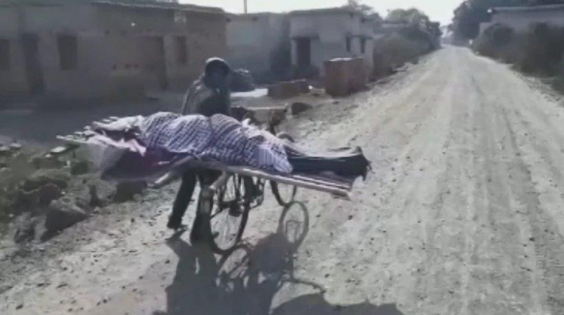 Scene tulburătoare! Nimeni nu l-a ajutat pentru că era sărac, așa că și-a dus mama moartă la groapă pe bicicletă