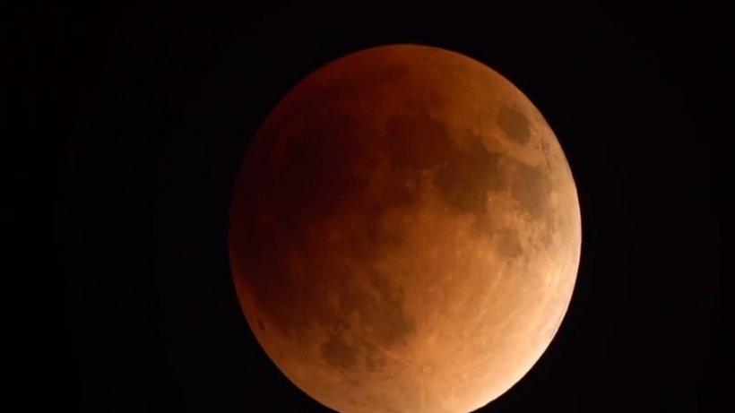 Românii au fost martorii unui fenomen astronomic spectaculos: Super Luna Sângerie
