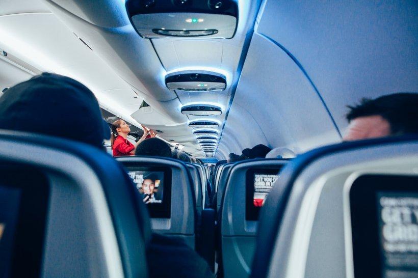 Incident șocant într-un avion. Bărbatul le-a cerut stewardeselor să-i dea pantalonii jos, după care le-a chemat în toaletă. După câteva minute, individul a început să geamă