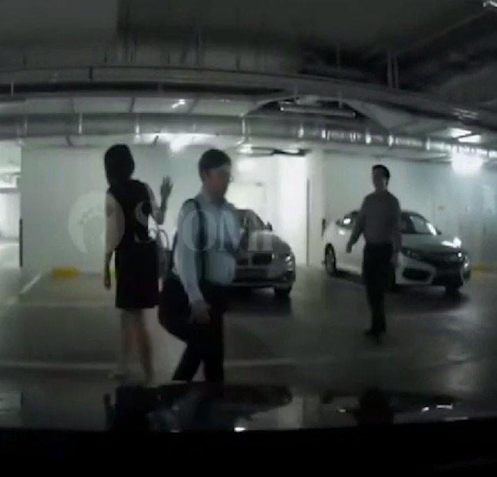 Trei oameni de afaceri se aflau într-o parcare. Unul dintre ei s-a lăsat în jos. Ceilalți doi habar nu aveau ce s-a întâmplat. O cameră de bord a surprins totul (FOTO+VIDEO)