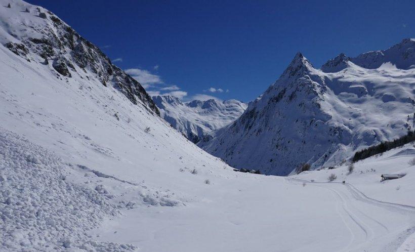 Cod roşu de avalanșă în mai multe masive muntoase