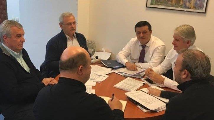 """Imaginea Zilei. Liviu Dragnea, cu bugetul pe masă. """"Viitorul arată bine!"""""""