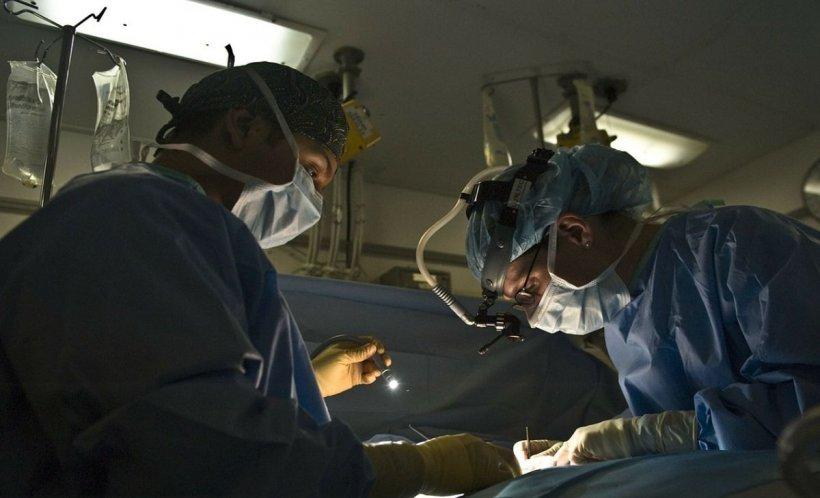 Un bărbat a fost dus de urgență la spital, dar medicii au decis că nu îl pot salva. Ce au văzut pe pieptul lui când se pregăteau de operație