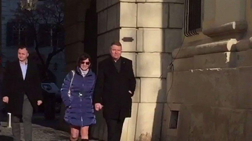 Iohannis şi soţia sa, surprinși pe străzile din Sibiu, după ce președintele s-a întors de la schi - VIDEO