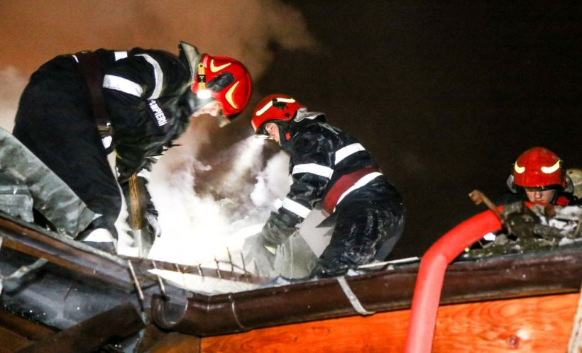 Incendiu puternic la mansarda unui bloc din Timișoara. Zeci de pompieri se luptă cu flăcările
