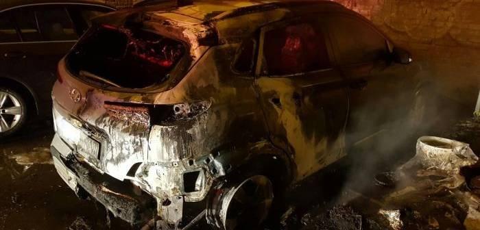 Mașina unui procuror a ars pe o stradă ultracentrală din municipiul reşedinţă