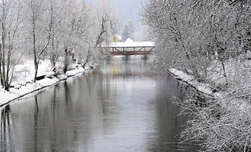 Vremea se schimbă brusc. După ninsori şi viscol, pericol de inundaţii! Alertă pe râuri din opt judeţe