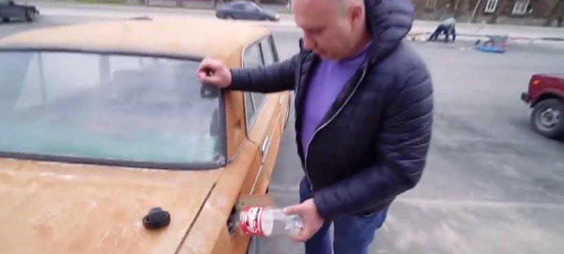A turnat Coca-Cola în rezervorul mașinii. Este total neașteptat ce a urmat (VIDEO)