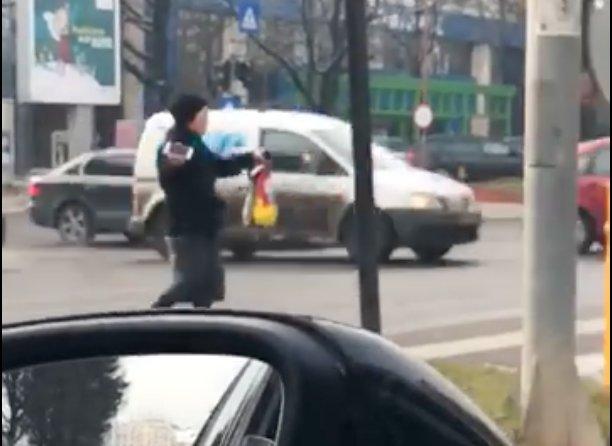 Era la semafor în centrul Capitalei, când a văzut ceva cu totul neașteptat pe trecerea de pietoni. A scos telefonul și a filmat totul (VIDEO)